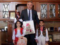 Пижо и Пенда подариха на кмета Георг Спартански оригинална мартеница