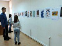 """Изложба """"100 години – 100 плаката"""" подредиха в плевенската Библиотека"""