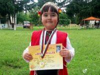 """Шестгодишната Елмира от Козар Белене със златен медал от Националния събор-надпяване """"Авлига пее"""""""