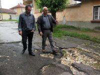 Силен дъжд отнесе улици в Бохот, председателят на Общинския съвет на оглед в селото