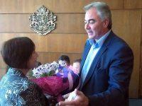 Кметът Георг Спартански зарадва с букети двама рожденици в Общината