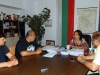 Владислав Николов и Ралица Добрева помагат на Левски с цигли за пострадалите къщи