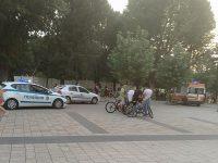 """Младежи се млатиха на площад """"Възраждане"""" пред смаяните погледи на плевенчани – снимки"""
