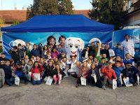 """Ученици от НУ """"Христо Ботев"""" – Плевен се включиха в кампанията """"Мисия подари усмивка"""""""
