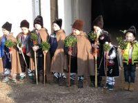 """Малчугани от ДГ """"Детска радост"""" коледуваха в село Милковица и изнесоха празничен спектакъл"""