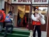 """С гайда посрещнаха днес възпитаниците си в НУ """"Христо Ботев"""" – Плевен (видео)"""