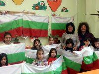 """И учениците от НУИ се включиха в инициативата """"Да направим с децата на Плевен най-дългото знаме на България"""""""