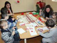 Деца и родители правят мартенички в Центъра за ранна интервенция на уврежданията в Плевен