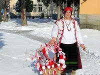 Баба Марта закичи служителите на общинска администрация в град Искър