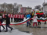 Уникално! Огромно шествие с най-дългото знаме на България, ушито от децата на Плевен (галерия)