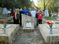 """Активисти на """"Нова зора"""" почистиха паметника на четиримата руски летци в Плевен"""