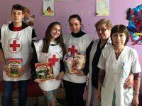 Младежи от БМЧК – Плевен зарадваха с книжки малките пациенти на УМБАЛ – Плевен