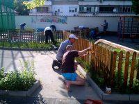 """Родители за пример боядисаха уредите в двора на ДГ """"Чучулига"""" – Плевен (снимки)"""