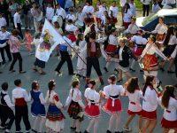 """Хоро от инициативата """"Розите на България"""" се изви навръх патронния празник на СУ """"Св. Св. Кирил и Методий"""" – Пордим"""