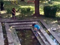 """Родители помогнаха за разчистване двора на ДГ """"Иглика""""-Плевен след природната стихия"""