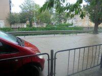 Плевен под вода, поройният дъжд превърна улиците в реки