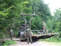 Военни от Белене изградиха временен мост край пострадалото от пороите село Глогово (галерия)