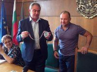 Общински съветник дари медала си от Световната купа по кикбокс на кмета Спартански