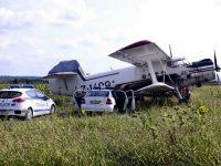 Плевенчанин е пилотирал самолета, кацнал аварийно след удар в далекопровод