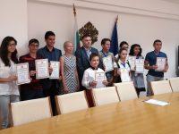 С грамоти областният управител Мирослав Петров насърчи гражданската позиция на младите хора в Плевен