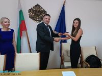 Областният управител на Плевен връчи на Виктория Йорданова Национална диплома на МОН
