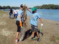 Ученици чистиха брега на река Дунав край Белене