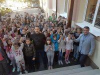 """Учениците на НУ """"Христо Ботев"""" – Плевен получиха книжки за подарък"""