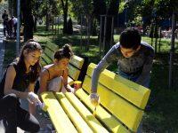 """Членове на клуб """"Приятели на английския"""" пребоядисаха пейки в Плевен"""