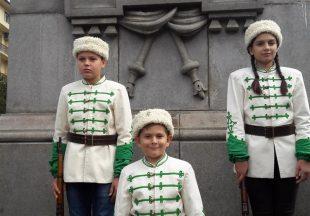 Млади възрожденци от община Левски с почетен караул пред паметника на Апостола в София