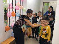 """С питка и мед посрещнаха днес малчуганите в ремонтираната ДГ """"Ралица"""""""