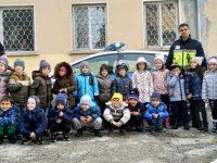 """Инспектор от МВР – Плевен запозна децата от ДГ """"Щастливо детство"""" с професията на полицая"""