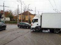 Лек и товарен автомобил катастрофираха на кръстовище в Плевен (снимки)