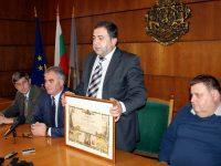 Зам.-кметът Иван Кюлджийски предаде на градоначалника Спартански приза от Годишните награди в туризма