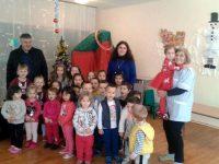 Кметът на община Гулянци зарадва децата от детските градини с коледни подаръци