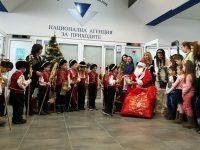 Коледари и Дядо Коледа гостуваха в НАП – Плевен