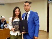 """Единадесетокласничката Вероника Георгиева получи сертификат за """"стаж"""" в Общинския съвет"""