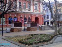Подготвят Коледния базар пред Театъра в Плевен