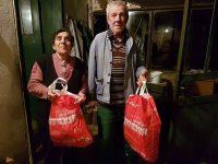 Доброволци предоставят събрана с дарения от плевенчани храна на хора в нужда