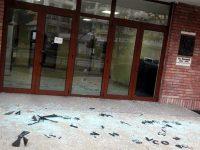 Неизвестен стреля по сградата на Библиотеката в Плевен навръх Нова година (снимки)