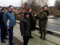 Министър Каракачанов се срещна с военните, изграждащи мост над река Искър при Чомаковци