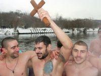 34-годишният Павлин Първанов извади кръста от водите на река Вит край Плевен /снимки/