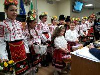 Деца закичиха с мартеници общинските съветници в Плевен