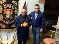"""Д-р Калин Поповски отличи син на войвода с почетен плакет """"125 години ВМРО"""""""