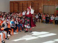 """170 деца от ДГ """"Юнско въстание"""" в Плевен посрещнаха Баба Марта"""