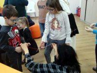 """Деца и родители от РЦРИУ-Плевен участваха в """"Работилница за мартеници"""" в Сугестопедия център"""