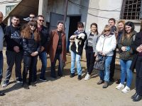 Предприемчива дама посрещна студенти в овцевъдната си ферма в Петърница