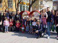 """43 кг капачки прибавиха в металното сърце пред Театъра деца от ДГ """"Щастливо детство"""" – Плевен"""