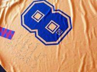 """Пуснаха тениска с автограф на Стоичков в благотворителния търг в подкрепа на Сузи от ОУ """"Д-р Петър Берон"""" – Плевен"""