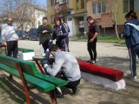 Общински служители почистиха и освежиха детски площадки в Червен бряг