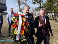 Румен Петков и проф. Балтов поднесоха цветя пред паметника на Пирогов в Плевен